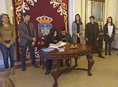 Tati Moyano e Carlos Jiménez, asinan no Libro de Ouro do Concello de Ferrol